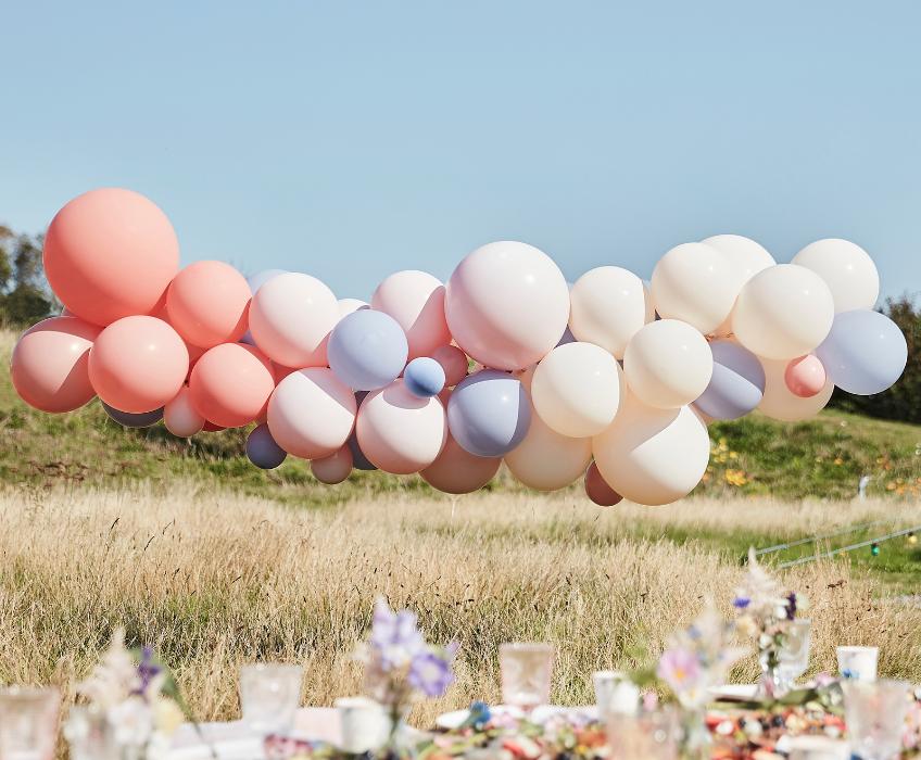 Schlicht und doch außergewöhnlich - Ballongirlanden eignen sich auch als Außendeko
