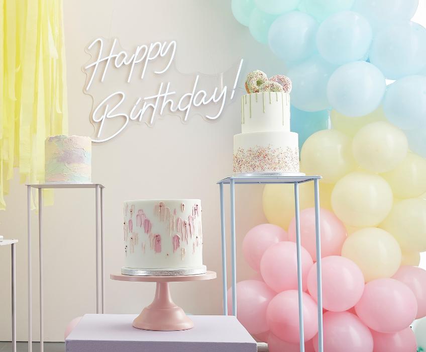 Eine Ballongirlande in Pastellfarben sieht zuckersüß aus