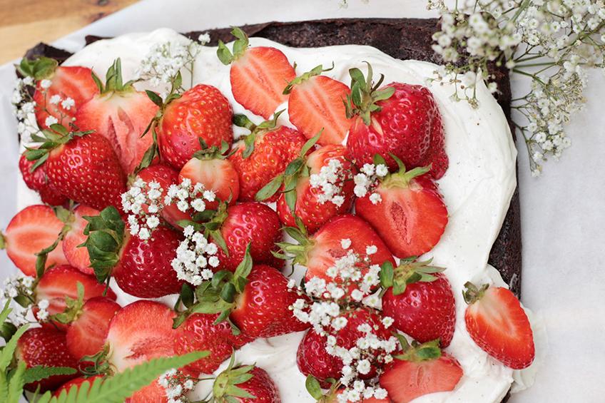 Bei diesem Erdbeer-Browniekuchen läuft einem doch das Wasser im Mund zusammen oder?