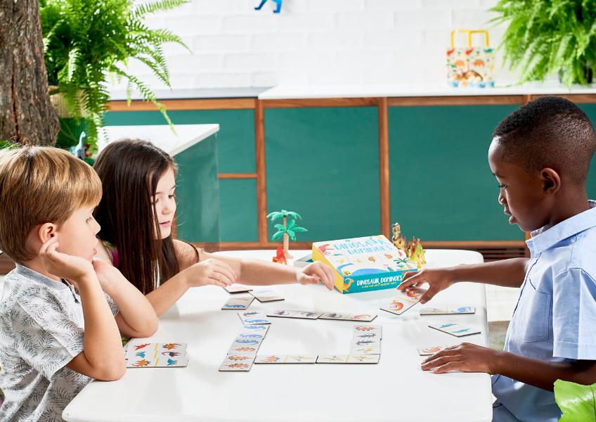 Bei schlechtem Wetter finden die Geburtstagsspiele drinnen statt - Dino-Domino findest du bei uns