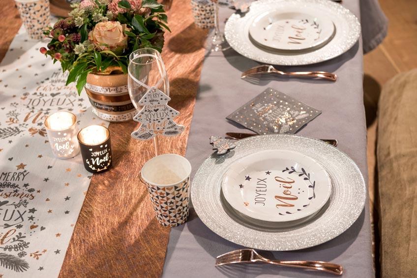 Edler Weihnachtstisch mit Metallic-Details in Rosegold