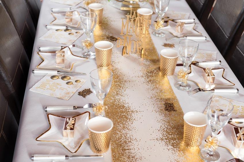 Ein eleganter Weihnachtstisch mit goldenem Geschirr