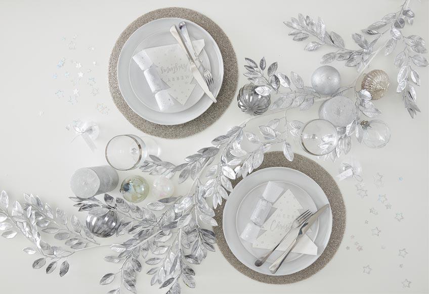 Festlich und elegant zu Weihnachten - silberne Tischdeko