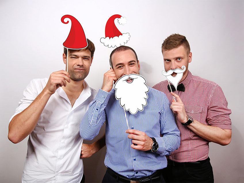 Lustiges Zubehör für witzige Fotos auf der Weihnachtsparty kommt gut an