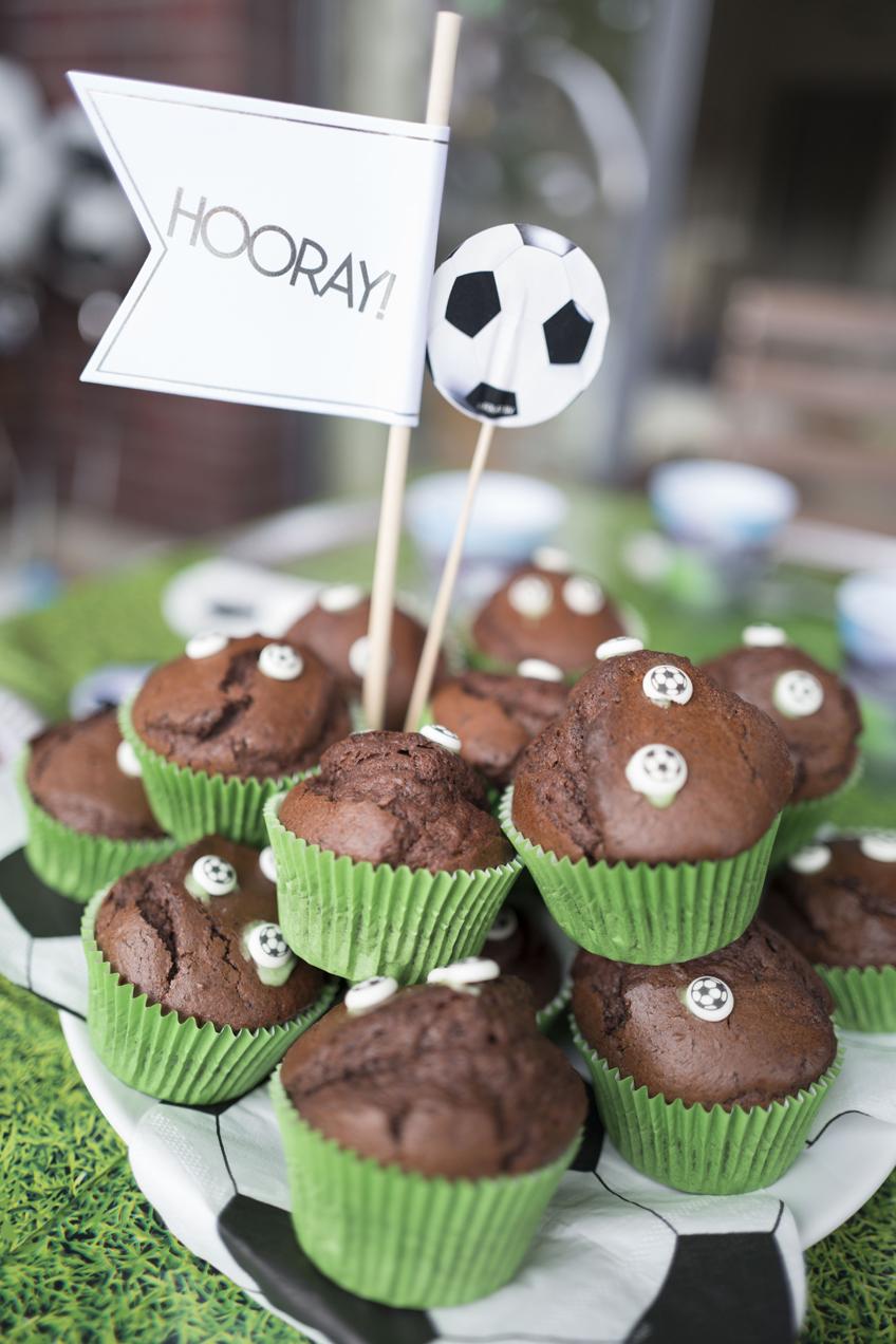 Fußballfans wird mit diesen Muffins mit kleinen Fußbällen der Tag versüßt © juliaweisshome