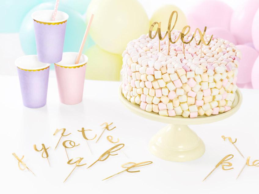 Mit Namens-Cake-Topper wird die Geburtstagsdeko noch persönlicher