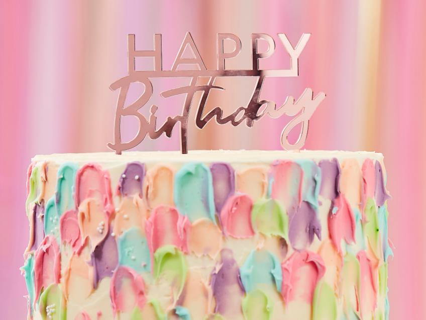 Eine coole Geburtstagstorte wird noch besser durch den richtigen Cake-Topper
