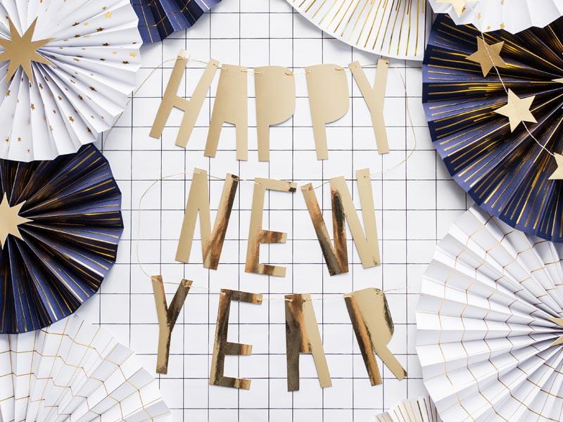 """Mit goldener Girlande """"Happy New Year"""" glänzt der Raum in guter Silvesterstimmung"""