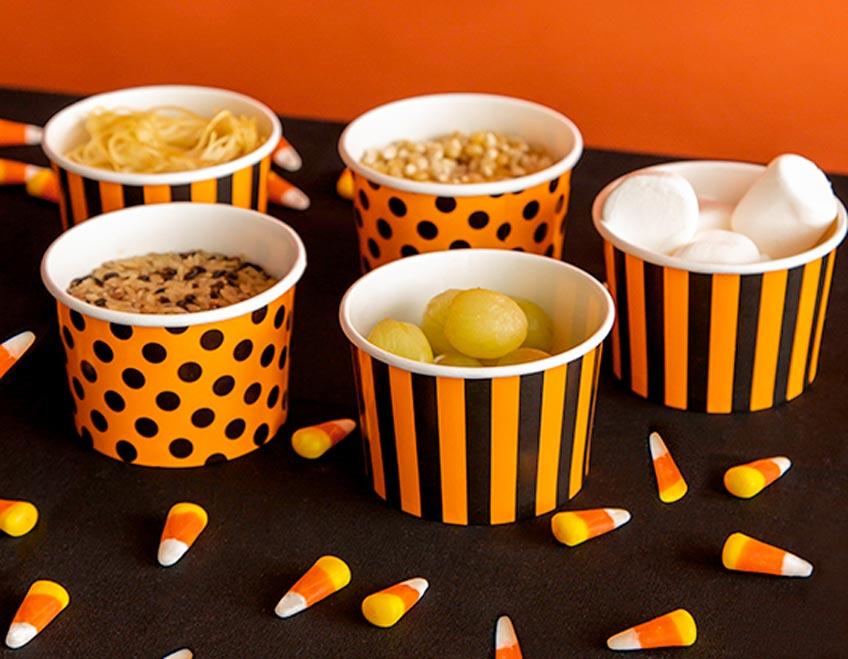 """Heb die Zutaten für das Halloween-Spiel """"Fühlen und Erraten"""" in süßen Schälchen auf"""