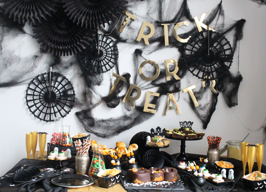 Eleganter Halloween Sweet Table in Gold und Schwarz