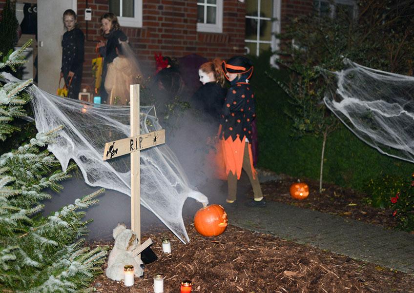 Zu Halloween ein paar Kreuze in den Garten, etwas Spinnweben, schon steht der Friedhofsgarten