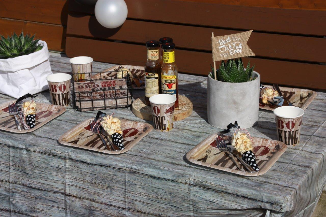 Hier passt alles zusammen - Grillfest-Deko zum BBQ-Geburtstag mit kleinen Popcorn-Gastgeschenktüten © Monefaktur