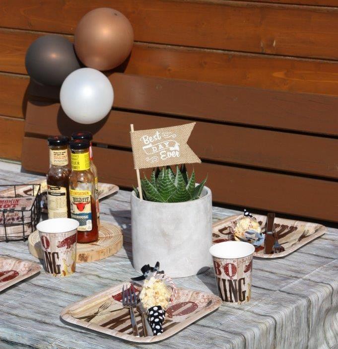 Mit kleinen Mitteln große Effekte - drei Luftballons, farblich perfekt abgestimmt, erzielen einen tollen Deko-Effekt am BBQ-Tisch © Monefaktur
