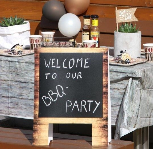 Mit Luftballons und Kreidetafel sieht der Geburtstagstisch zur BBQ-Party einfach super solide aus © Monefaktur