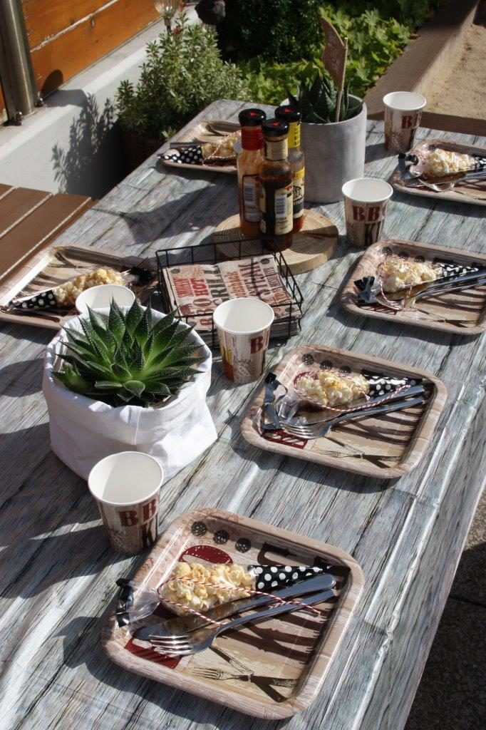 Natur-Look auf dem BBQ-Geburtstag - Jute, Holz und Erdfarben sind tolle Elemente, mit denen ihr die BBQ-Deko aufwerten könnt! © Monefaktur