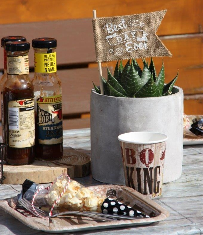 Kleine Gastgeschenke in hübscher Verpackung auf den Partytellern machen den Grillpartygästen eine Freude © Monefaktur