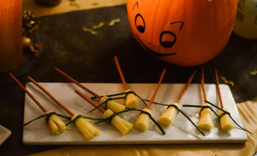 Hexenbesen-Käse-Sticks für kleine Hexen und Hexenmeister zu Halloween