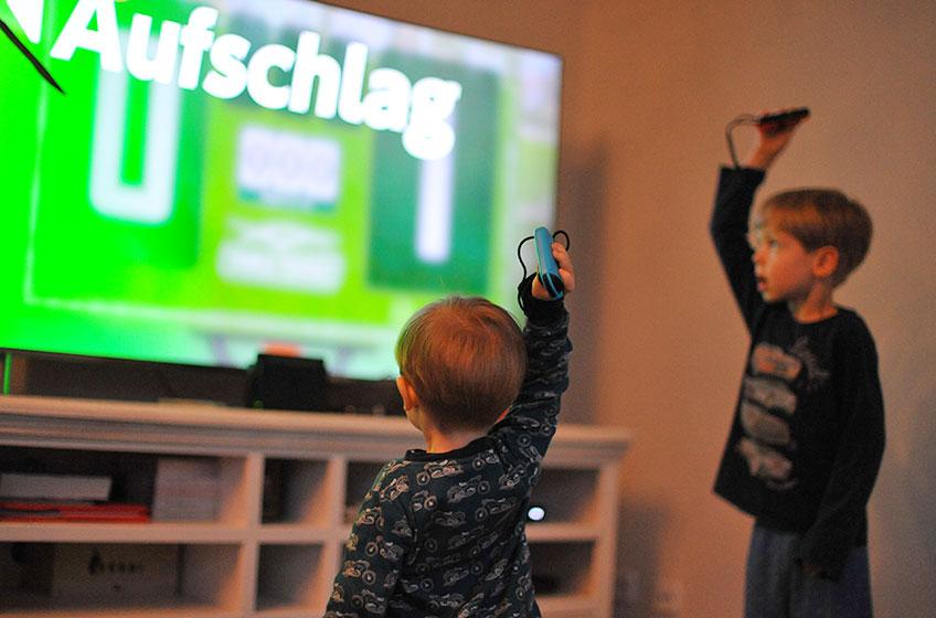 Kinder haben Spaß mit der Nintendo Switch