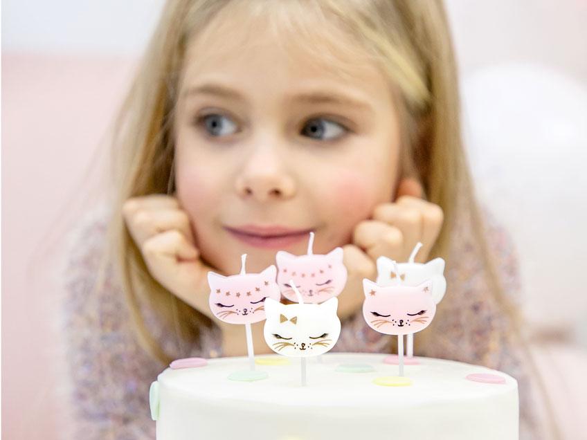 Mit Backzubehör und Geburtstagskerzen kannst du deinen Geburtstagskuchen zum Teil der Mottoparty machen