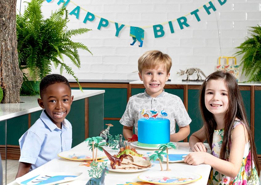Kleine Dino-Figuren und Dino-Cake-Topper und Co. passen perfekt für den Mottogeburtstag