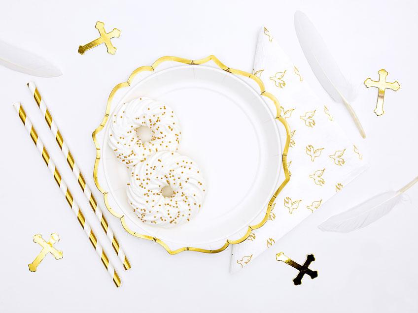 Schaffe mit weißen Tellern mit Goldrand ein elegantes Tischdekor