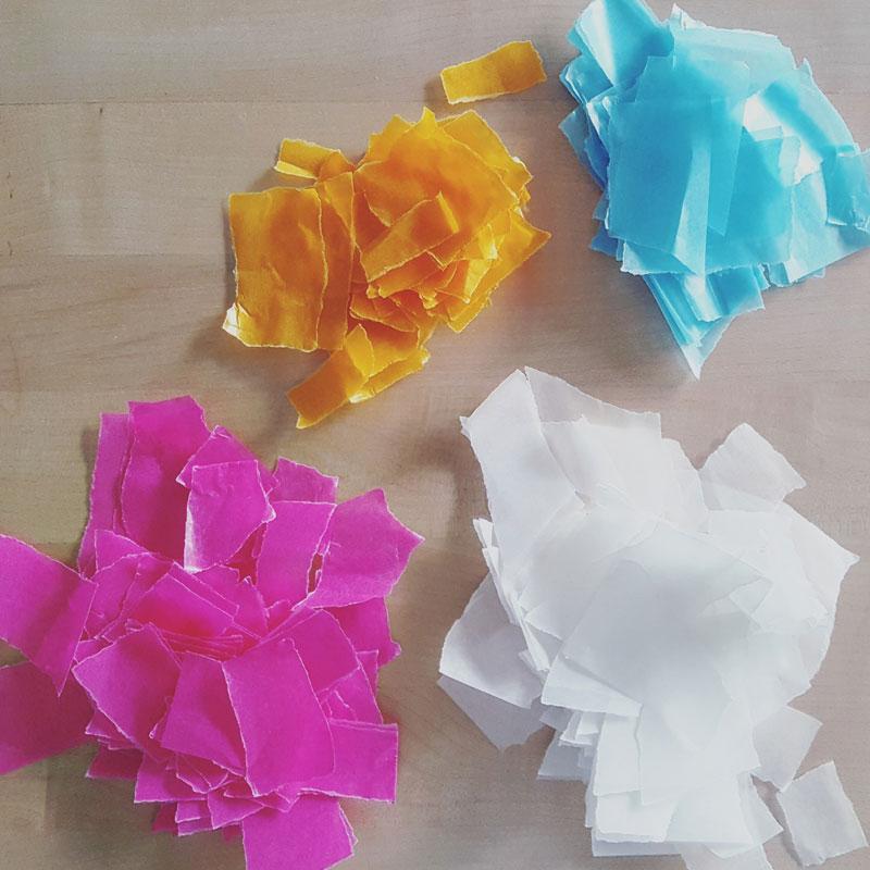 Bevor das Papier auf die DIY-Ballonlaterne kann, muss es zerkleinert werden (c) Karin Fischer