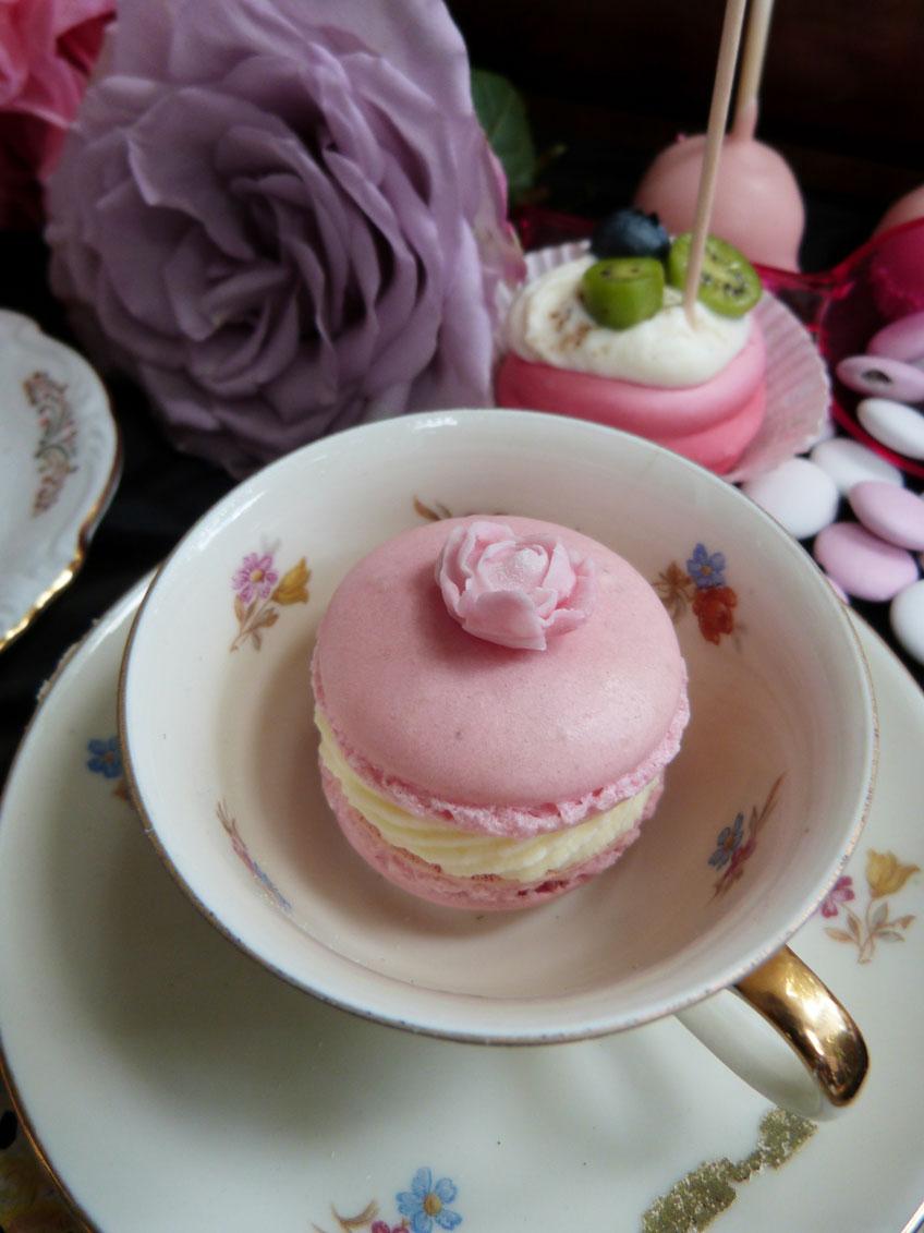 Macarons mit Blümchen in Rosa zum Tee