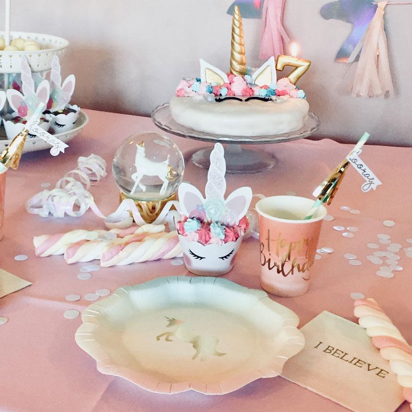 Tolle Tischdeko mit Einhörnern zum Kindergeburtstag © myminis_and_me