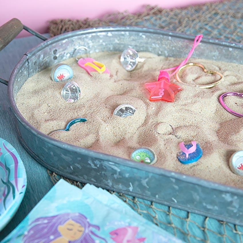 Dekorativ und spielerisch - vergrabene Fundstücke auf der Mermaid-Party