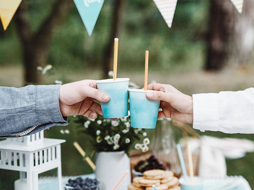 Genieß das Wetter bei einer Sommerparty mit deinen Freunden