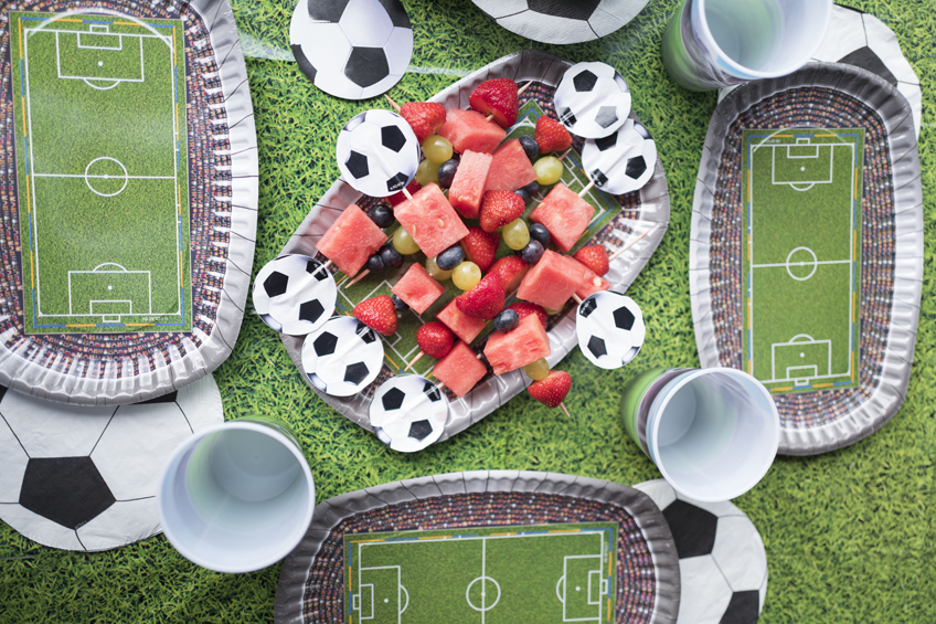 Die Farben des Obstes erinnern an die deutsche Flagge - alles umgeben von großartig stimmiger Fußballdeko © juliaweisshome