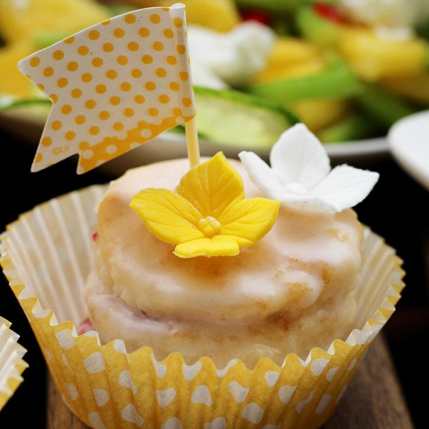 Auf dem Sweet Table zu Ostern wunderschön sind kleine Petit Fours (c) Mareike Winter - Biskuitwerkstatt