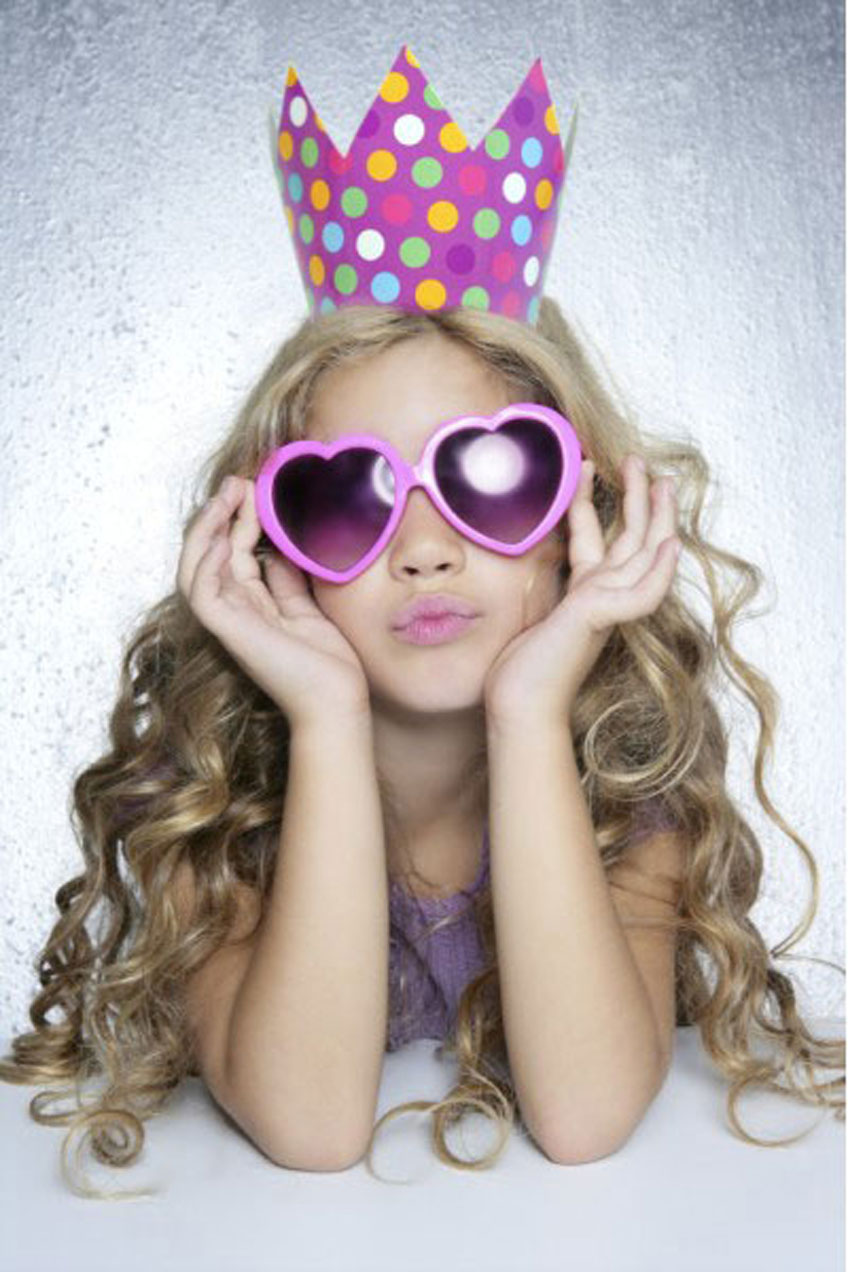 Coole Prinzessin mit pinker Pappkrone und Sonnenbrille