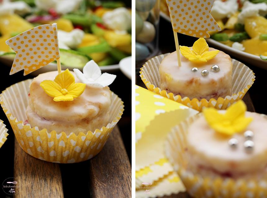Total osterlich: Petit Fours mit gepunkteten Picks in passenden Cupcake-Förmchen