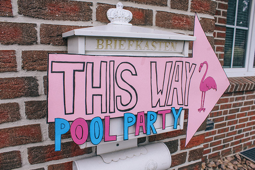 Kaufe oder bastle für die Poolparty einen schönen Wegweiser zur Feier (c) ich_bins_isi
