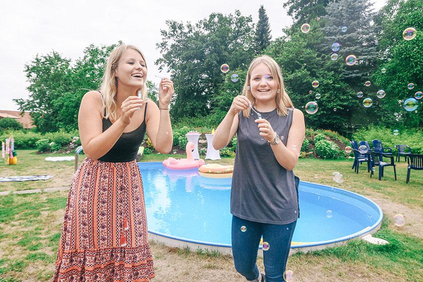 Begrüß deine Freunde zur Poolparty mit Seifenblasen (c) ich_bins_isi