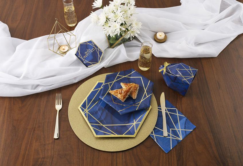 Schöner Silvesterlook - navyblaue Teller und Highlights in Gold