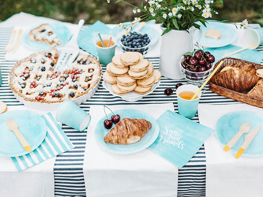 Toll fürs Sommerpicknick - Deko mit fröhlichen Streifen in himmelblauer Farbe