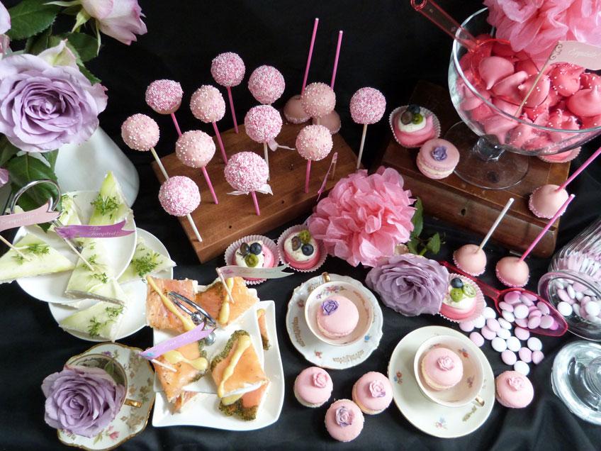 Wie aus dem Märchen sieht dieser romantisch dekorierte Sweet Table mit Macarons und Häppchen aus