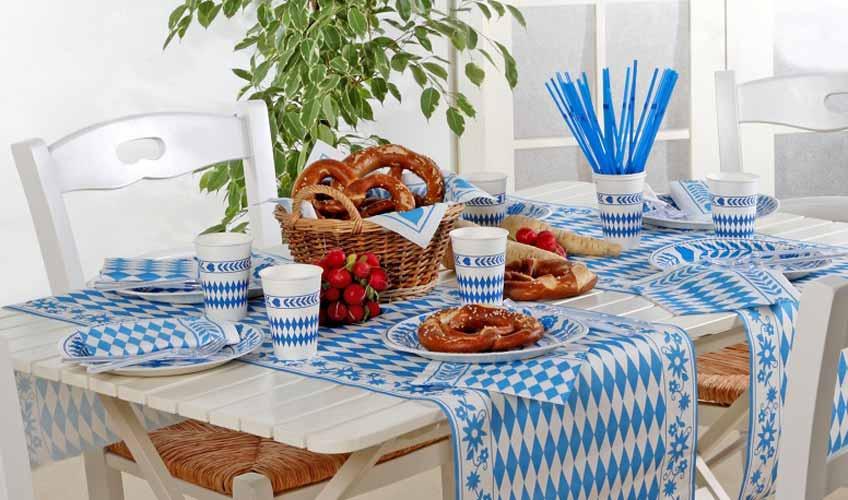 Mit Tischdeko in Blau und Weiß lässt sich das Oktoberfest zu Hause feiern (c) PAPSTAR GmbH