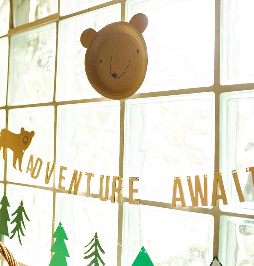 Bärenteller aus Pappe kurzerhand umfunktioniert zur Deko - tolle Waldtier-DIY-Idee zum Kindergeburtstag (c) annalotz.fotografie