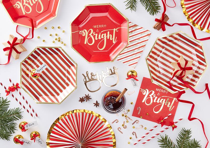 Modern und klassisch zugleich wird die Deko zu Weihnachten im rot-goldenen Metallic-Look