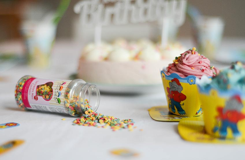 Der Cupcake-Wrapper mit Benjamin Blümchen kommt in fröhlich-frischem Gelb.