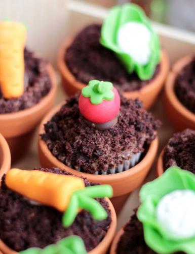 Kreativ backen zu Ostern - kleine Blumentopf-Cupcakes mit Zuckerdekor (c) Mareike Winter - Biskuitwerkstatt