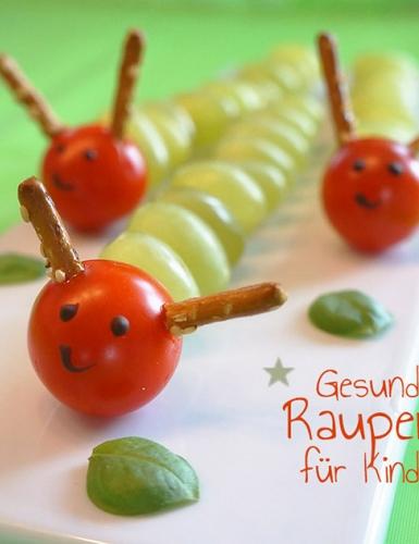 Lecker für Zwischendrin und schick als Snack auf Geburtstagen sind die kleinen Raupen aus Weintrauben allemal