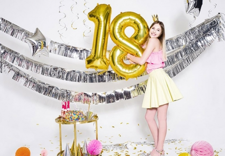 Feier deine Volljährigkeit mit auffälligen Folienballons und schillernden Girlanden