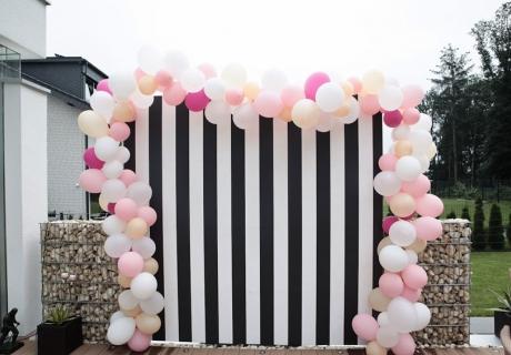 Mach geniale Geburtstagsfotos vor der Fotowand mit Luftballonrand (c) Voth Immobilien