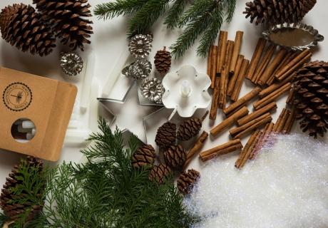Weihnachts-Ausstecher sind gut zum Backen und zum Basteln (c) Joanna  Kosinska in Unsplash