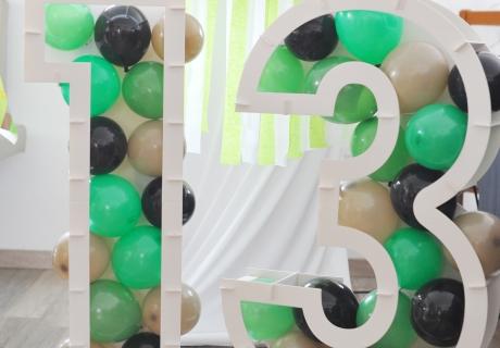 Witzige Videospiel-Deko mit Pixeln überall - da fügen sich die Miniballons im Zahlen-Mosaik-Rahmen gut ins Bild ein