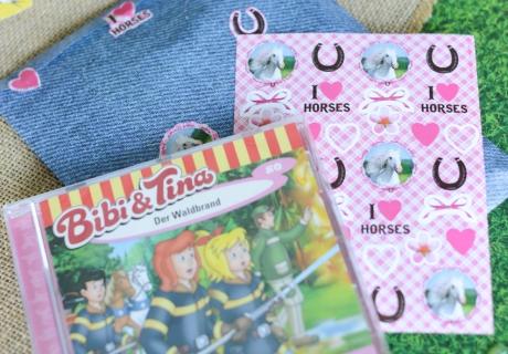 Mit einer CD von Bibi und Tina und Pferde-Stickern macht ihr den Gästen auf der Bibi und Tina Party eine riesige Freude